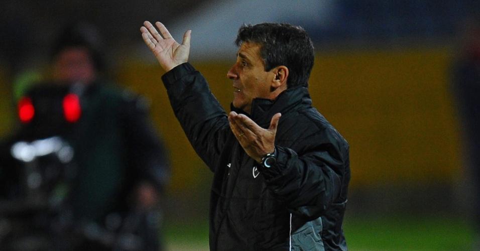 29.jan.2014 - Técnico Eduardo Hungaro orienta equipe do Botafogo em duelo contra Deportivo Quito, pela 'pré-Libertadores'