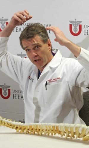 30. jan. 2014 - O neurocirurgião, Andrew Dailey, explica como foi a lesão na coluna de Laís Souza durante coletiva de imprensa ao lado do médico do COB, Antonio Marttos, e dra. Holly Ledyard, do Hospital de Utah