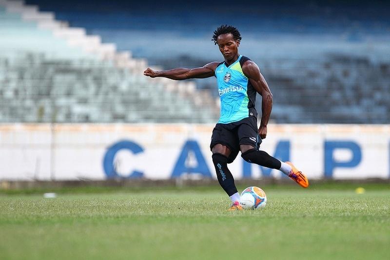 30 jan 2014 - Zé Roberto, de contrato renovado, participa de treinamento do Grêmio