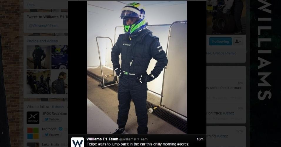 30.jan.2014 - Felipe Massa é apresentado pela Williams com o macacão da equipe, que ainda não tem patrocínio master definido