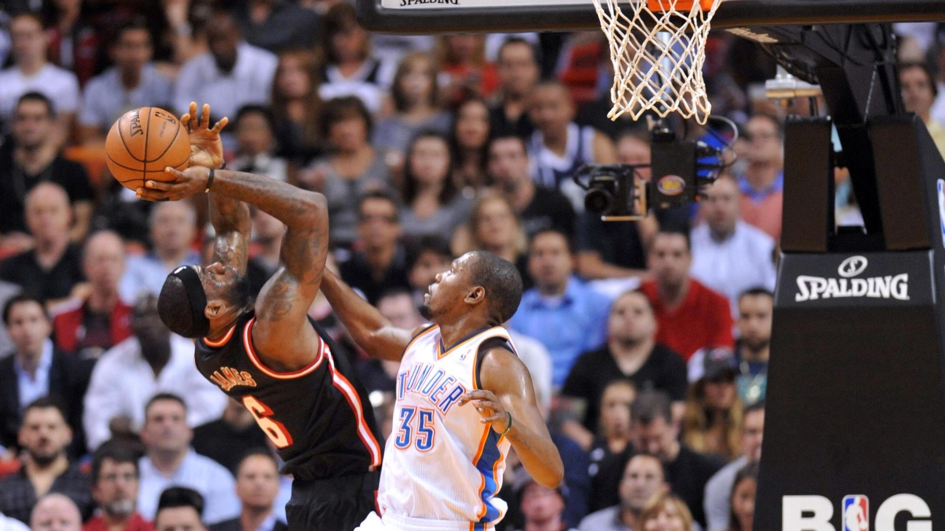 30.jan.2014 - LeBron James tem marcação cerrada de Kevin Durant durante jogo entre Heat e Thunder