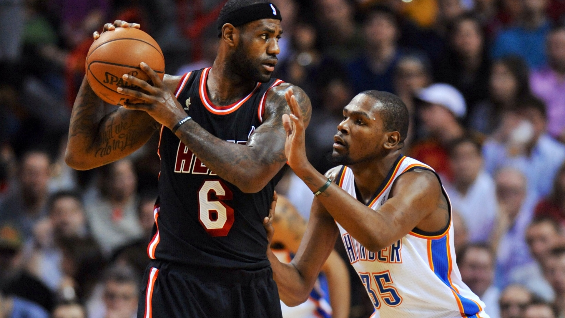 30.jan.2014 - LeBron James tenta proteger a bola de Kevin Durant durante jogo entre Heat e Thunder