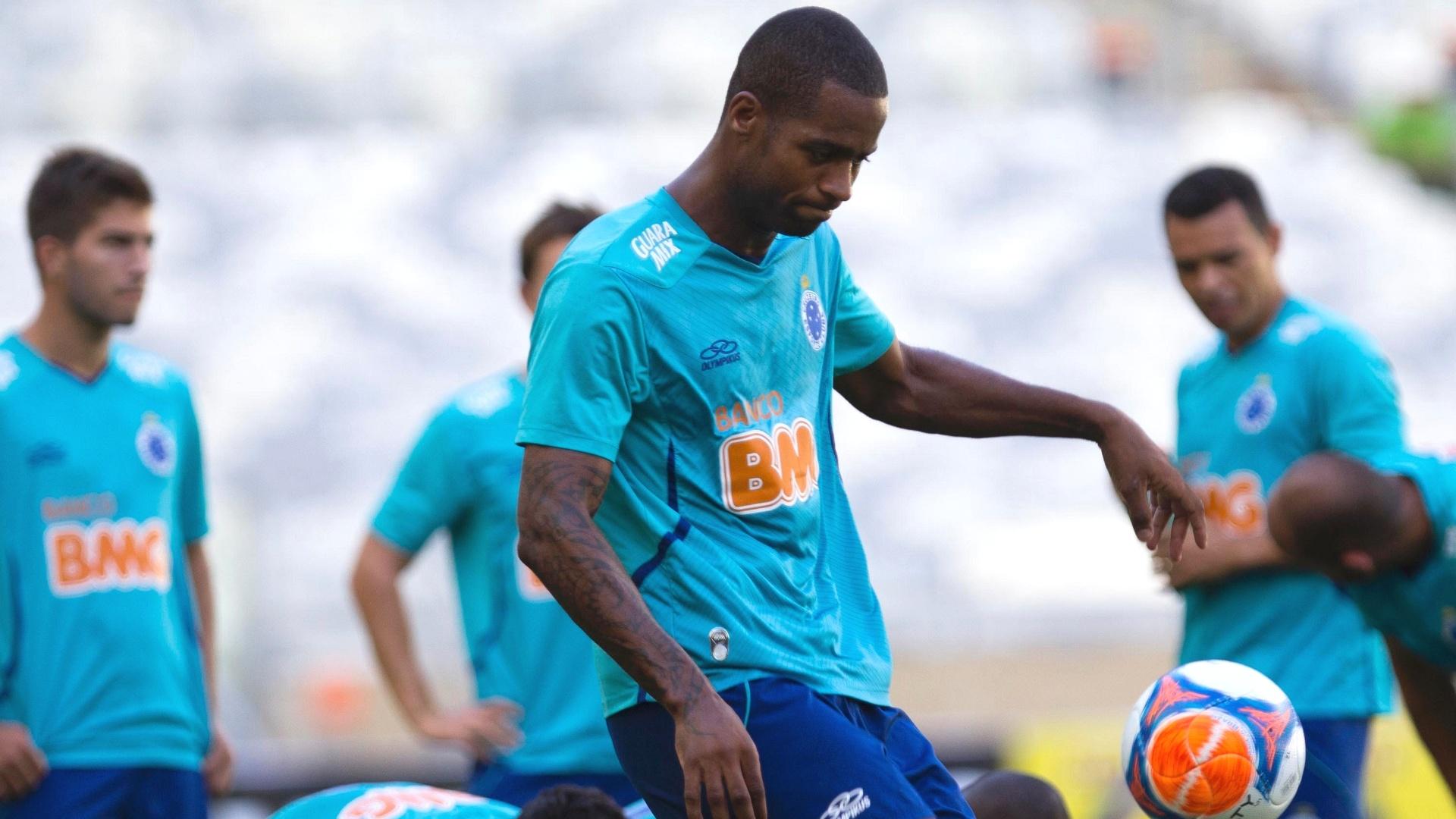 24 jan 2014 - Zagueiro Dedé durante treino do Cruzeiro no Mineirão