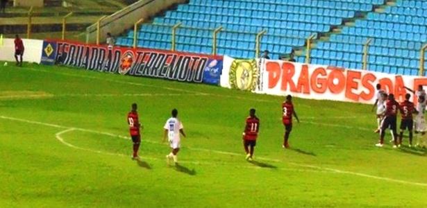 São José-MA (de branco) tinha apenas 11 jogadores para enfrentar o Moto Club no Estadual