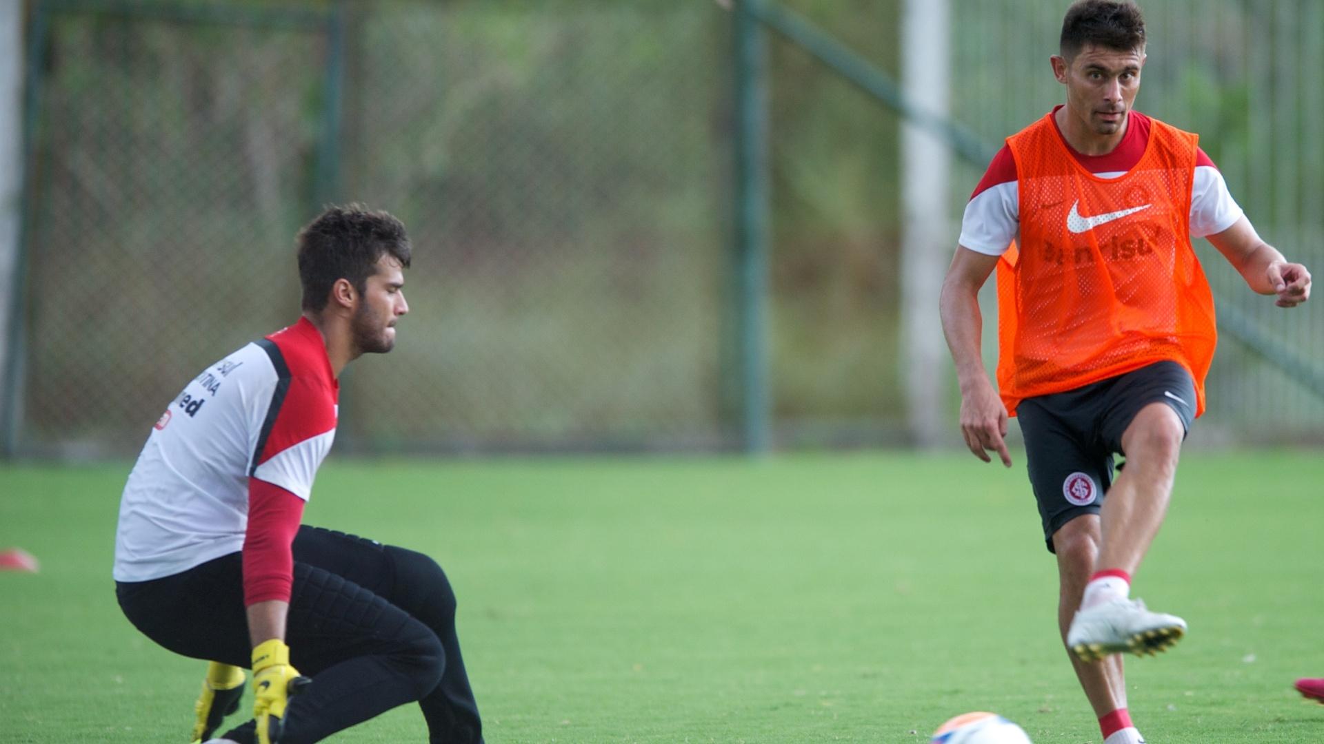 Meia Alex tenta chuta em gol observado pelo goleiro Alisson em treino do Internacional (30/01/2014)