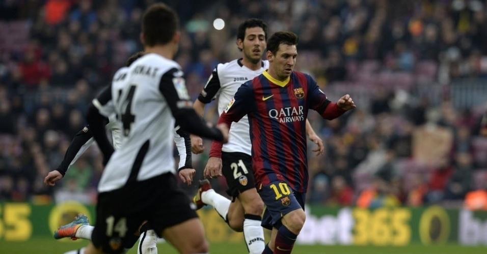 01.fev.2014 - Messi encara a marcação de três jogadores na derrota para o Valencia por 3 a 2, pelo Campeonato Espanhol