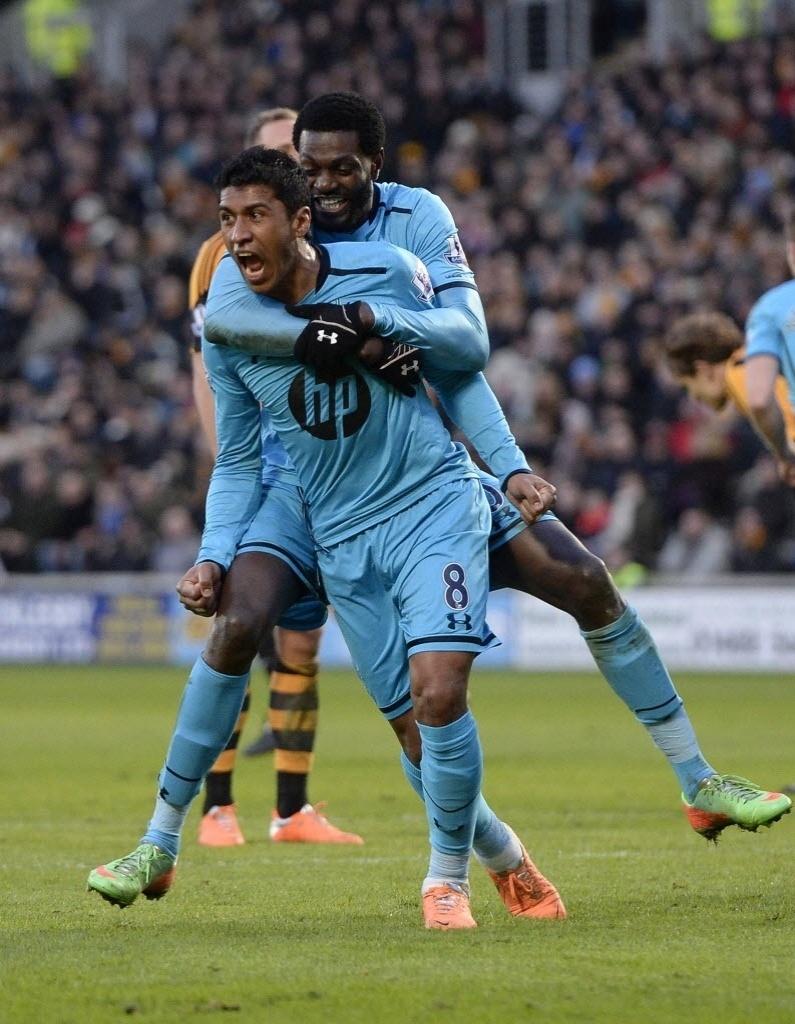 01.fev.2014 - Paulinho comemora após empatar o jogo para o Tottenham contra o Hull City, pelo Campeonato Inglês. Partida terminou empatada por 1 a 1