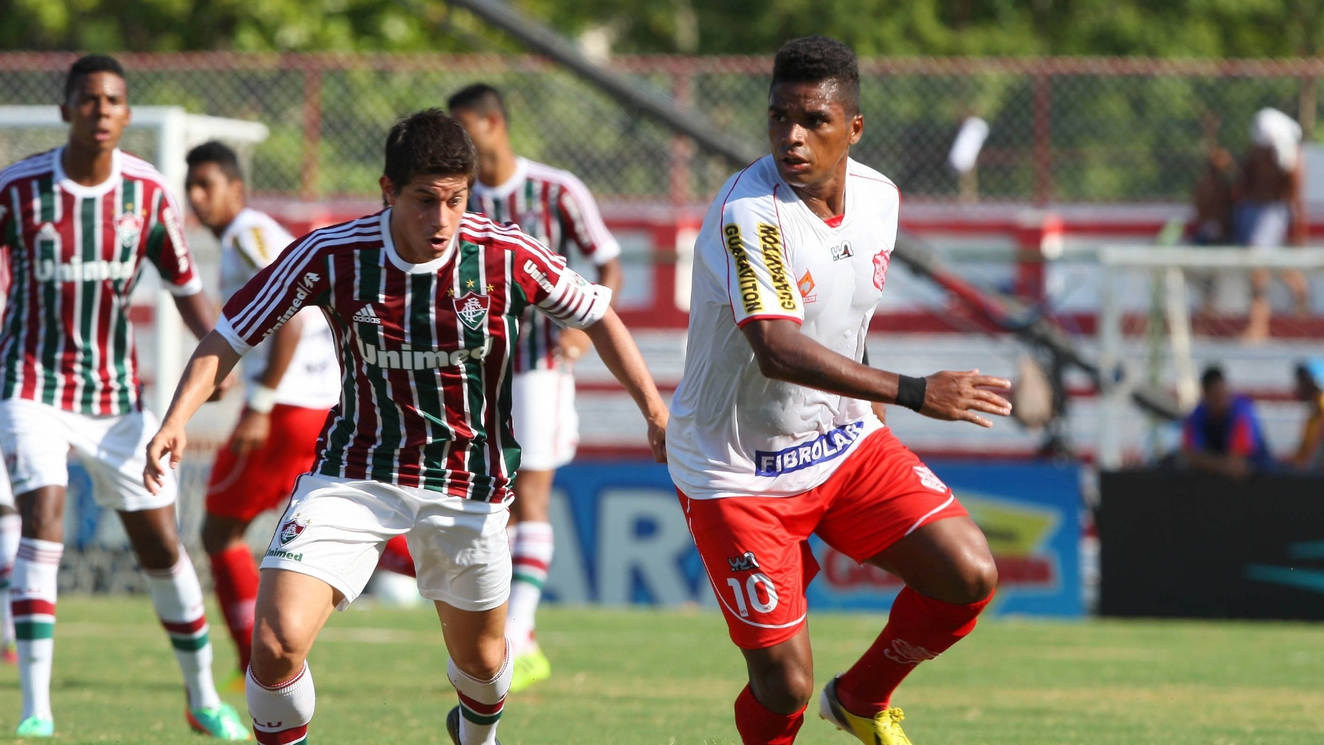 01.fev.2014 - Conca tenta recuperar a bola de Almir, na partida entre Bangu e Fluminense, pelo Campeonato Carioca. O Flu venceu por 1 a 0