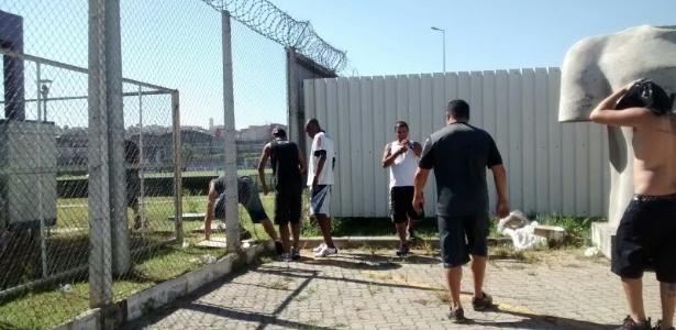 Na invasão, torcedores abriram buraco na cerca e entraram; nova proteção deve ser mais reforçada