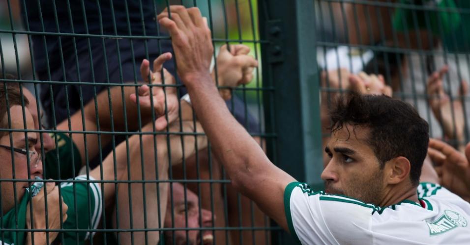 02.fev.2014 - Alan Kardec vai para a torcida palmeirense após gol de pênalti contra o São Paulo, no Pacaembu