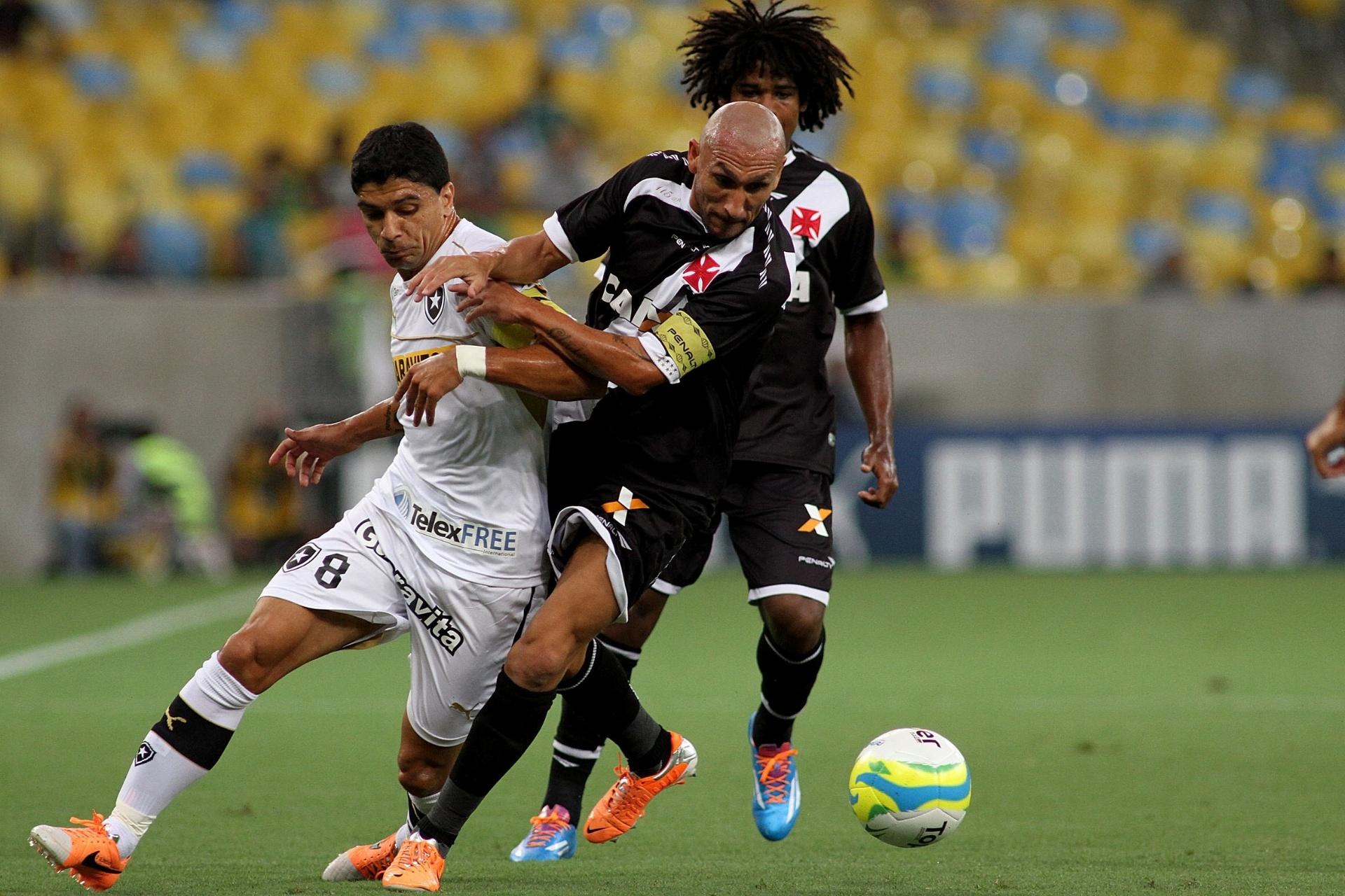 02.fev.2014 - Argentino Guiñazú, do Vasco, disputa bola com meia Renato, do Botafogo, em clássico pelo Carioca
