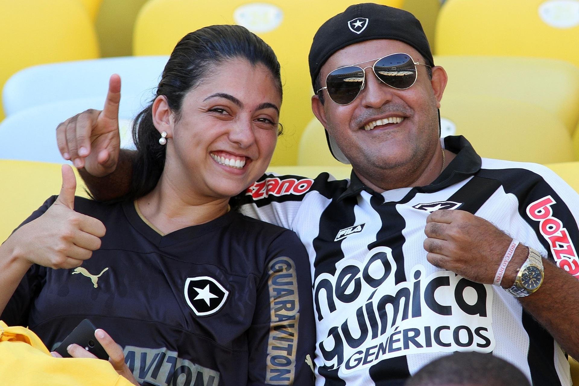 02.fev.2014 - Casal botafoguense mostra alegria antes do clássico contra o Vasco, no Maracanã