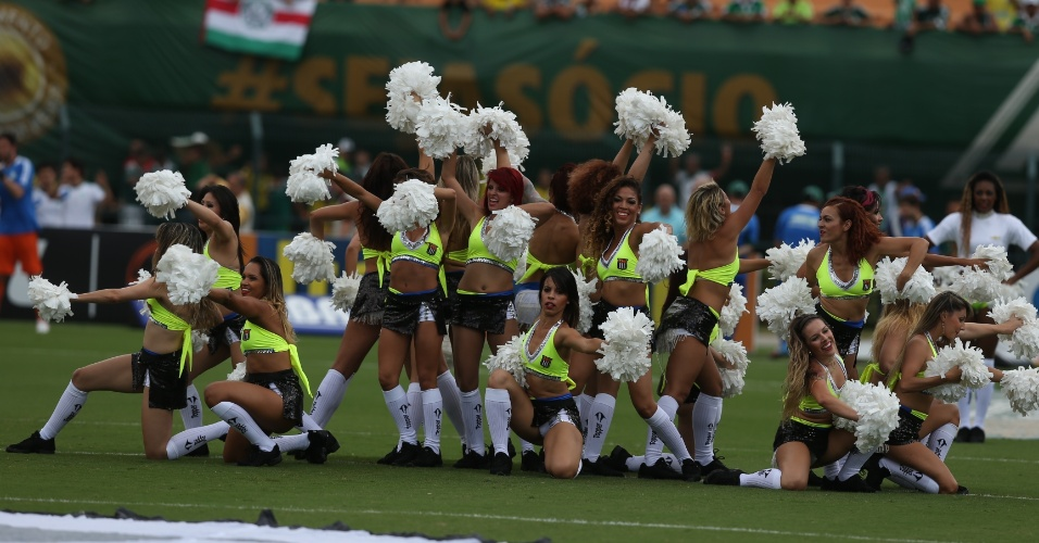 02.fev.2014 - 'Cheerleaders' fazem coreografia no gramado antes de clássico entre Palmeiras e São Paulo, no Pacaembu