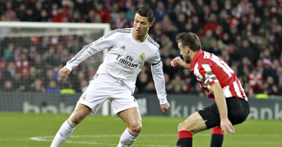 02.fev.2014 - Cristiano Ronaldo encara a marcação de Carlos Gurpegui na partida do Real Madrid contra o Athletic Bilbao. O jogo terminou 1 a 1