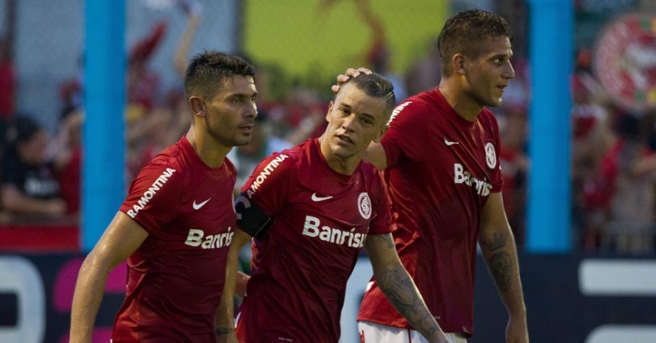 02.fev.2014 - D'Alessandro comemora após abrir o placar para o Internacional contra o Cruzeiro-RS, pelo Campeonato Gaúcho