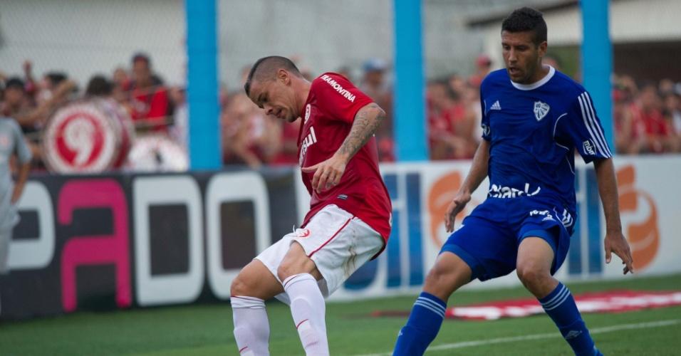 02.fev.2014 - D'Alessandro protege a bola na partida entre Internacional e Cruzeiro-RS, pelo Campeonato Gaúcho