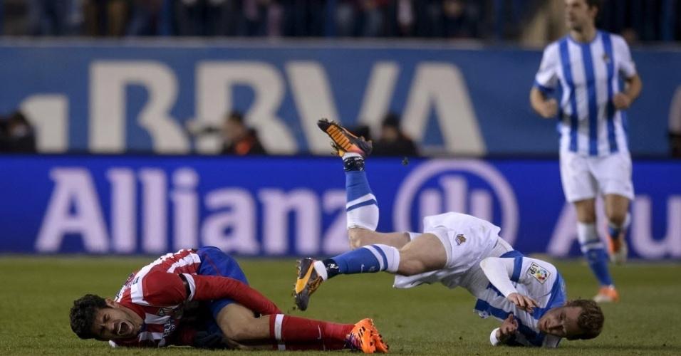 02.fev.2014 - Diego Costa leva a pior na dividida com Mikel Gonzalez, na partida entre Atlético de Madri e Real Sociedad, pelo Campeonato Espanhol