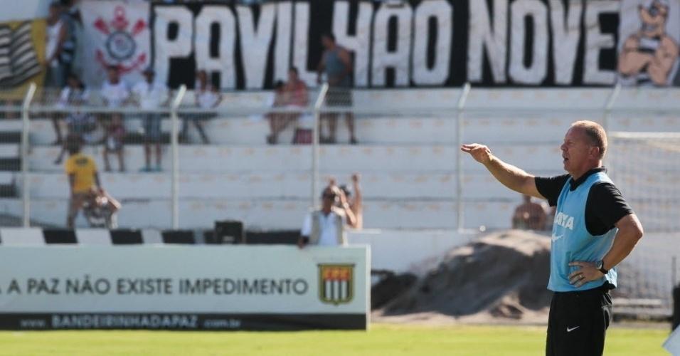 02.fev.2014 - Técnico do Corinthians, Mano Menezes, orienta a equipe na partida contra a Ponte Preta
