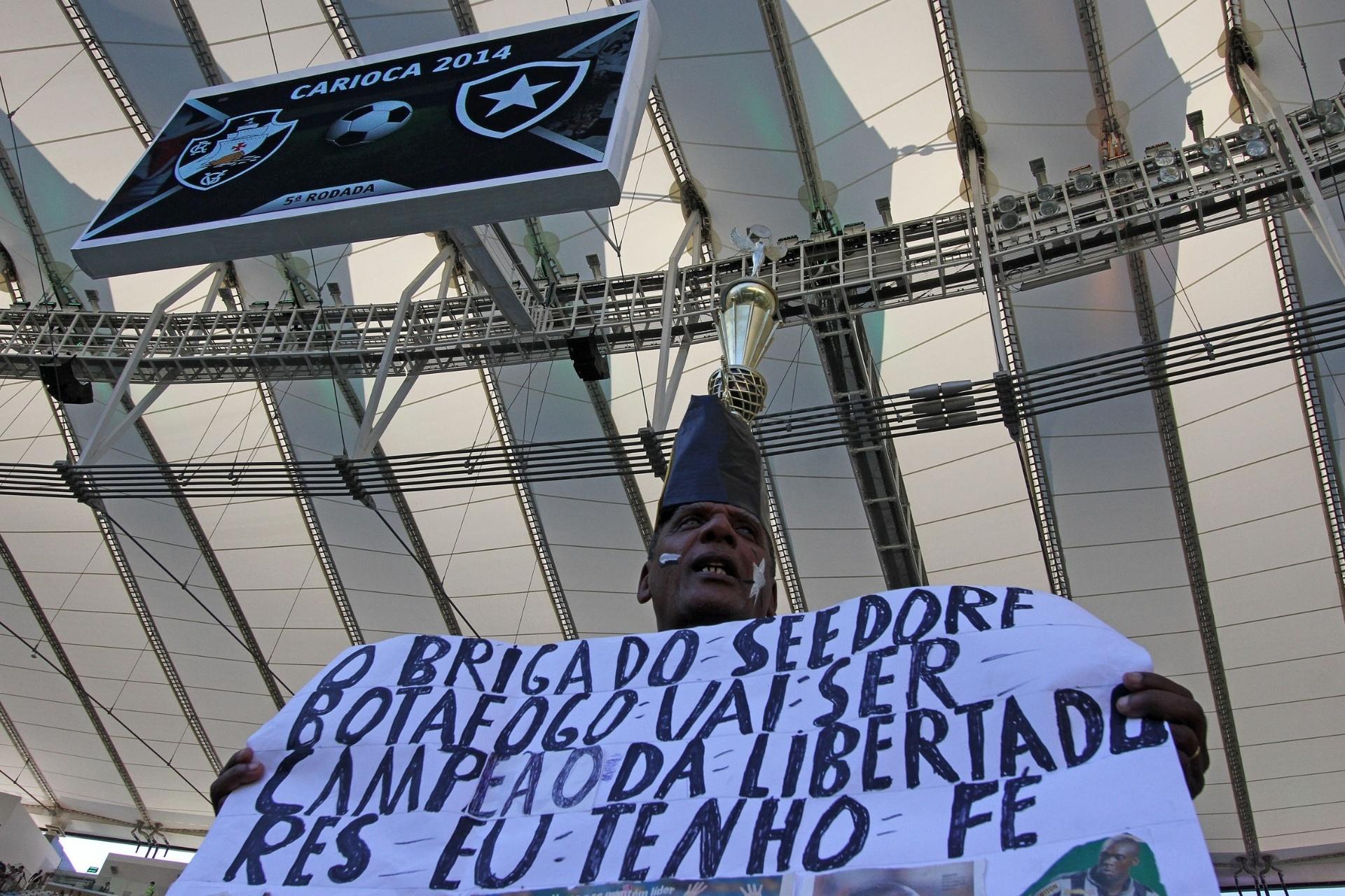 02.fev.2014 - Torcedor do Botafogo leva faixa com agradecimento ao holandês Seedorf para clássico contra o Vasco