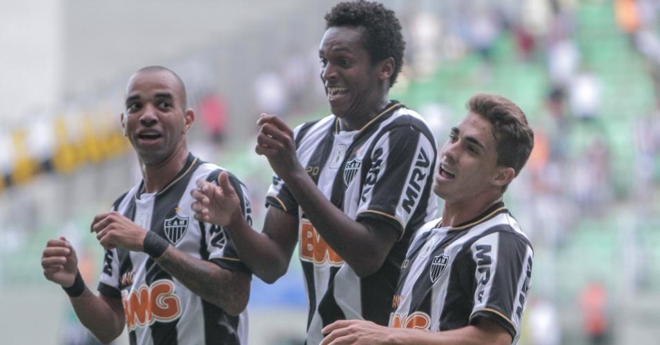 2 fev 2014 - Diego Tardelli, Jô e Neto Berola comemoram durante vitória do Atlético-MG sobre o Nacional, por 2 a 1, no Independência