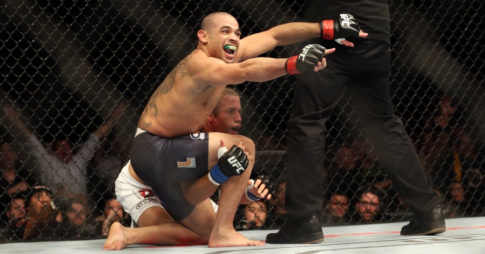 Renan Barão comemora nocaute sobre Urijah Faber no UFC 169, mantendo o cinturão dos galos