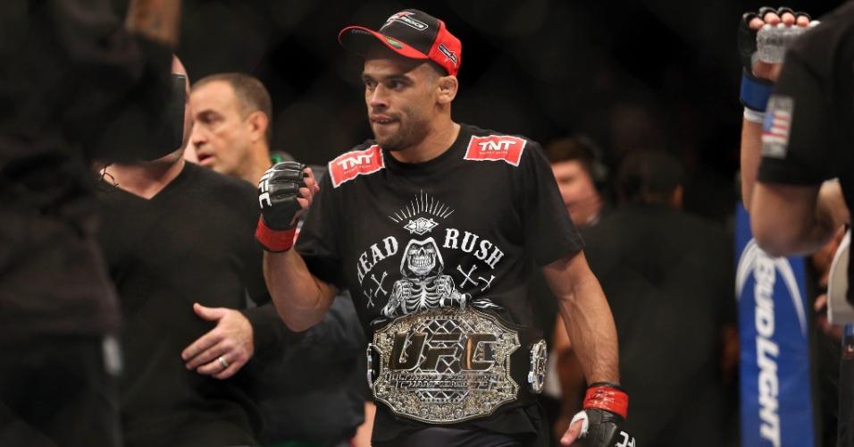 Renan Barão vibra após vencer Urijah Faber por nocaute técnico e manter o cinturão dos galos do UFC