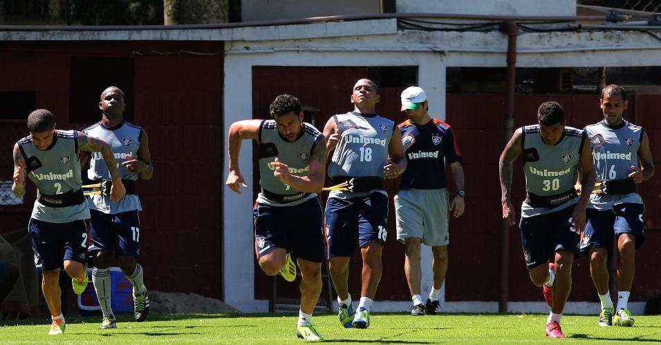 03.fev.2014 - Jogadores do Fluminense que voltaram de lesões realizam trabalho físico, entre eles o atacante Fred