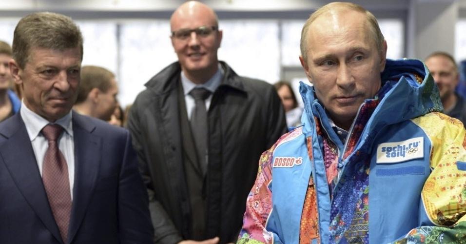 04. 02. 2014 - Vladimir Putin veste uniforme de voluntários