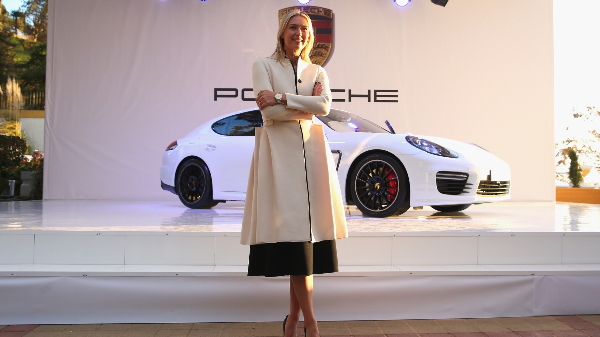 04.fev.2014 - Maria Sharapova apresenta o novo Porsche Panamera, que leva o seu nome, em exposição na Rússia. A tenista é embaixadora da marca e ajudou a desenhar todos os detalhes do carro