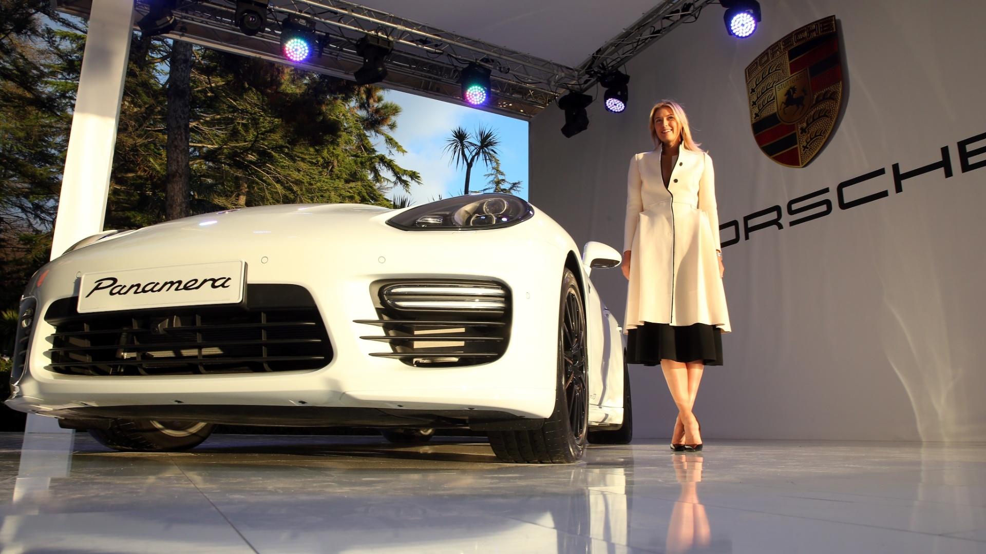 04.fev.2014 - Maria Sharapova posa ao lado do novo Porsche Panamera, que leva o seu nome. A tenista russa é embaixadora da marca e ajudou a desenhar todos os detalhes do carro