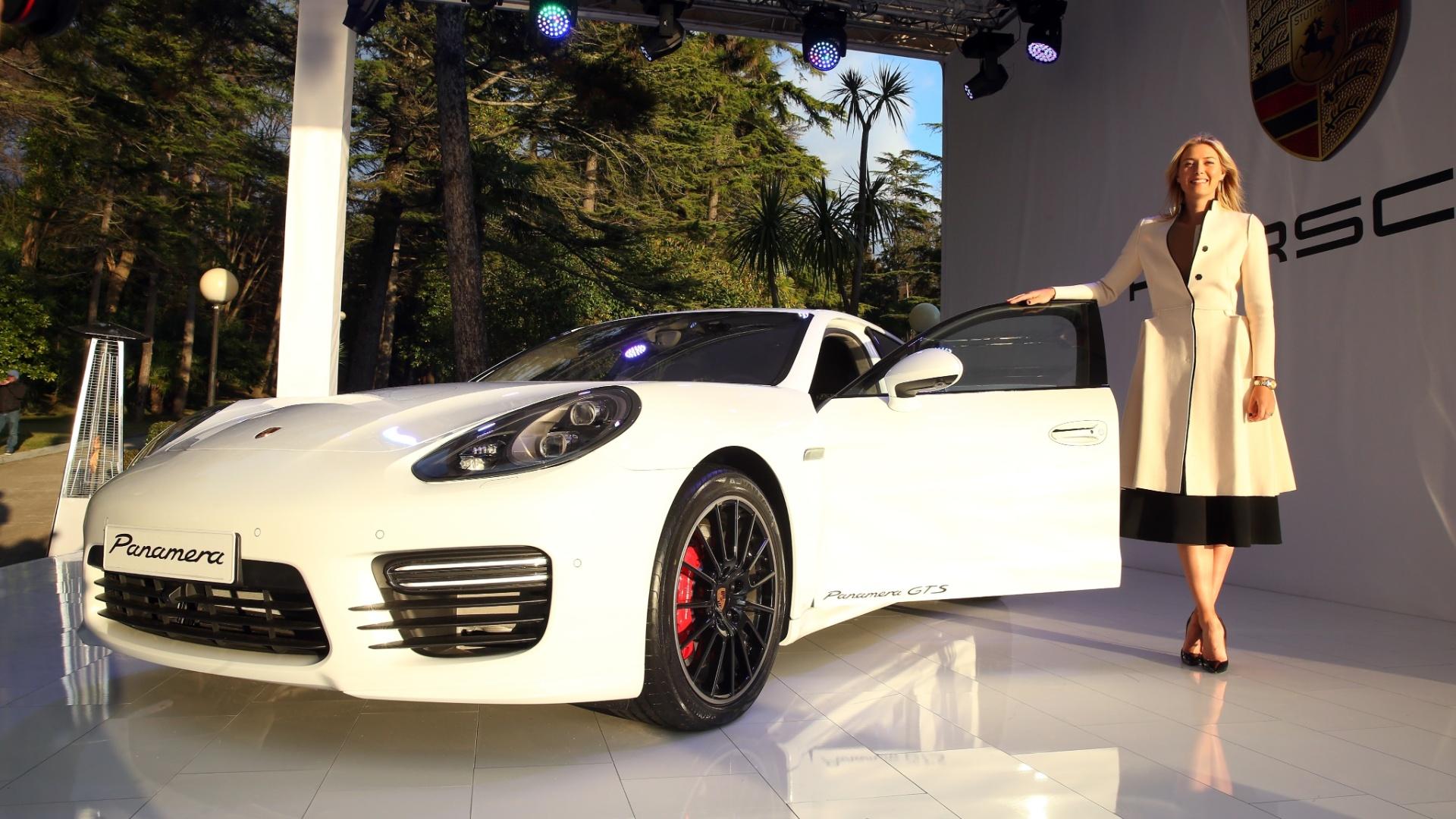 04.fev.2014 - Maria Sharapova posa ao lado do novo Porsche que leva o seu nome. A tenista russa é embaixadora da marca e ajudou a desenhar todos os detalhes do carro