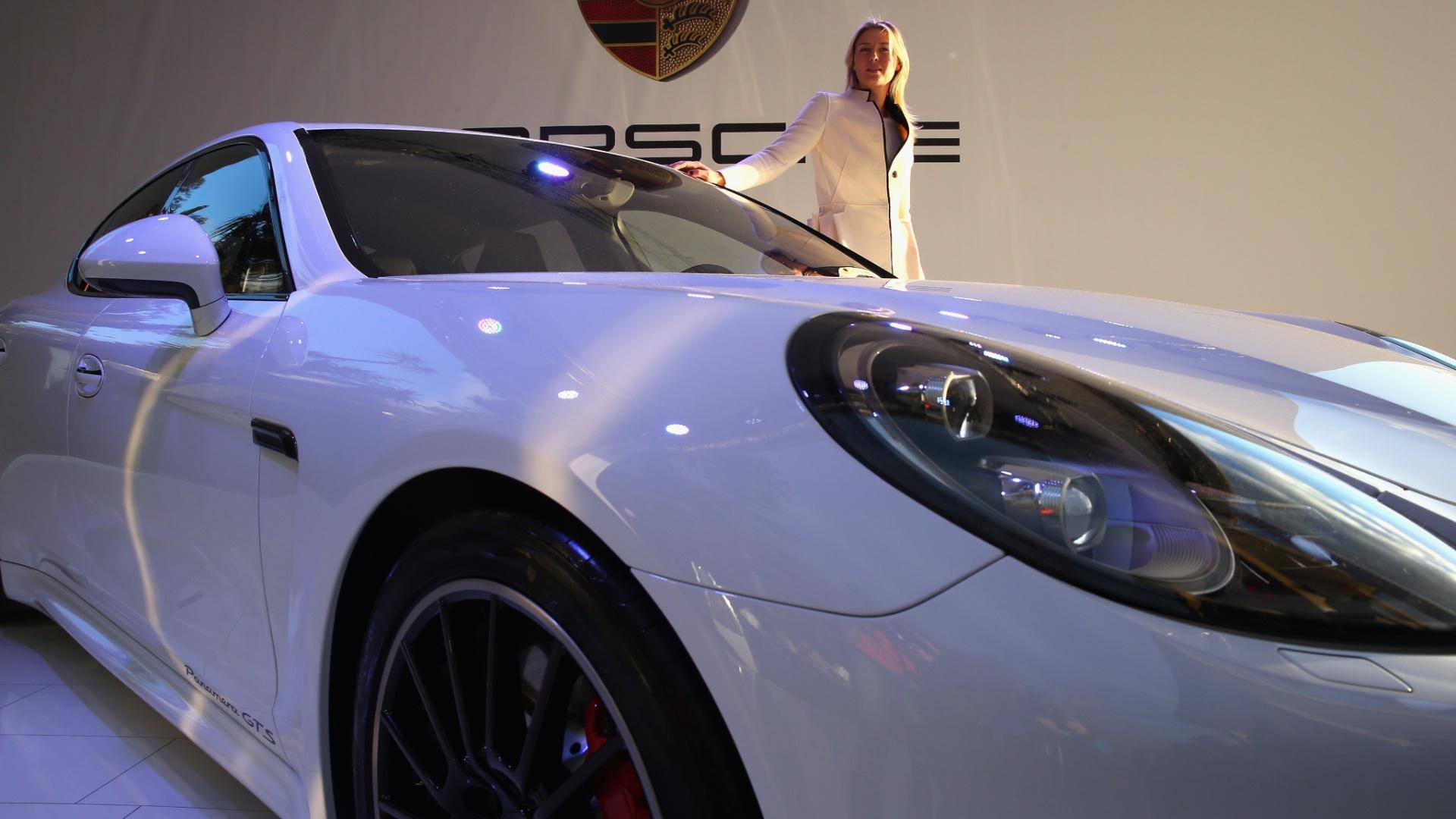04.jan.2014 - O novo Porsche Panamera recebe a assinatura de Maria Sharapova. Embaixadora da marca, a tenista ajudou a desenhar todos os detalhes do carro