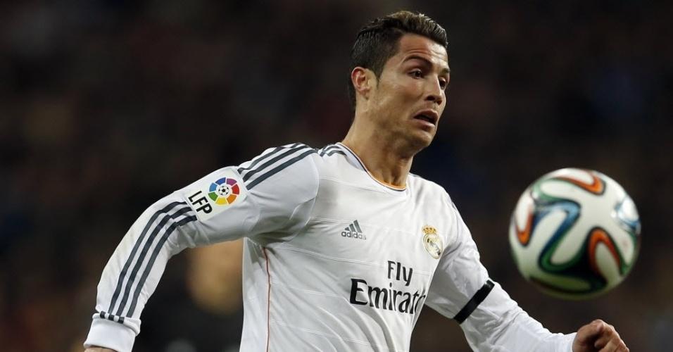 05.fev.2014 - Aniversariante do dia, Cristiano Ronaldo tenta dominar a bola na partida contra o Atlético de Madri, válida pelas semifinais da Copa do Rei