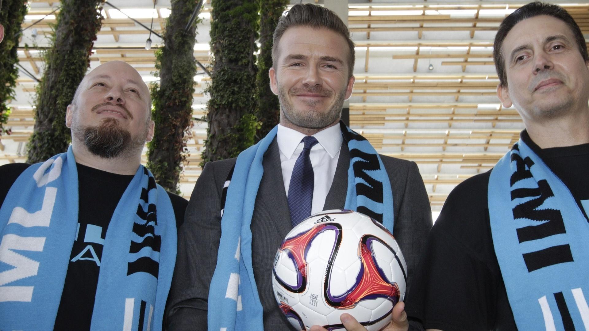 05.fev.2014 - David Beckham posa para foto com fãs após coletiva que declarou a compra de uma equipe para a Major League Soccer (MLS)