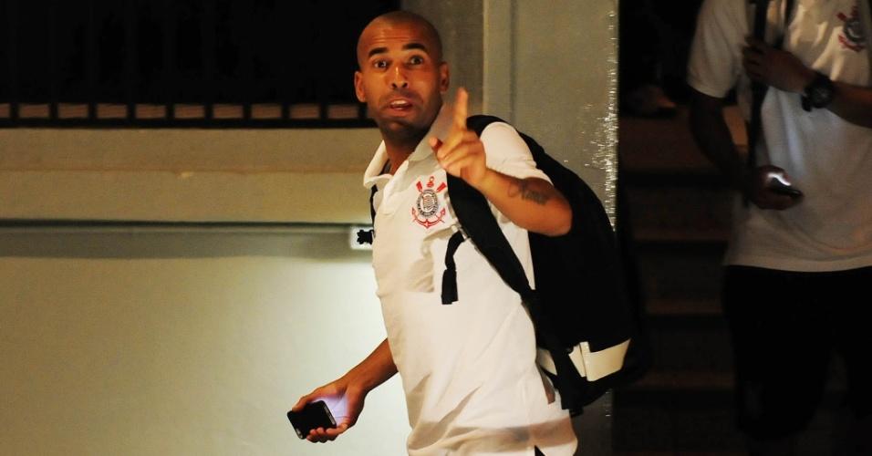 05.fev.2014 - Emerson Sheik e outros jogadores do Corinthians chegam ao Pacaembu para a partida contra o Bragantino pelo Campeonato Paulista
