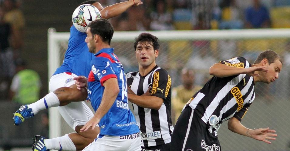 05.fev.2014 - Lodeiro e Marcelo Mattos disputam bola pelo alto com rivais do Deportivo Quito no Maracanã