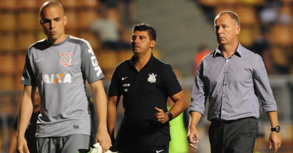 05.fev.2014 - Técnico Mano Menezes caminha ao lado do goleiro reserva Julio Cesar