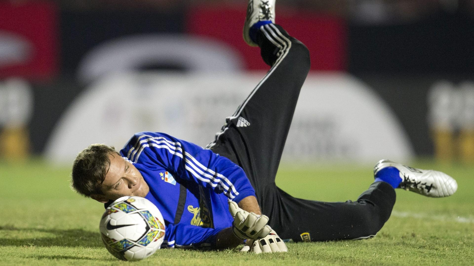 5.fev.2014 - Diego Penny, goleiro do Sporting Cristal, faz aquecimento antes do início da partida contra o Atlético-PR