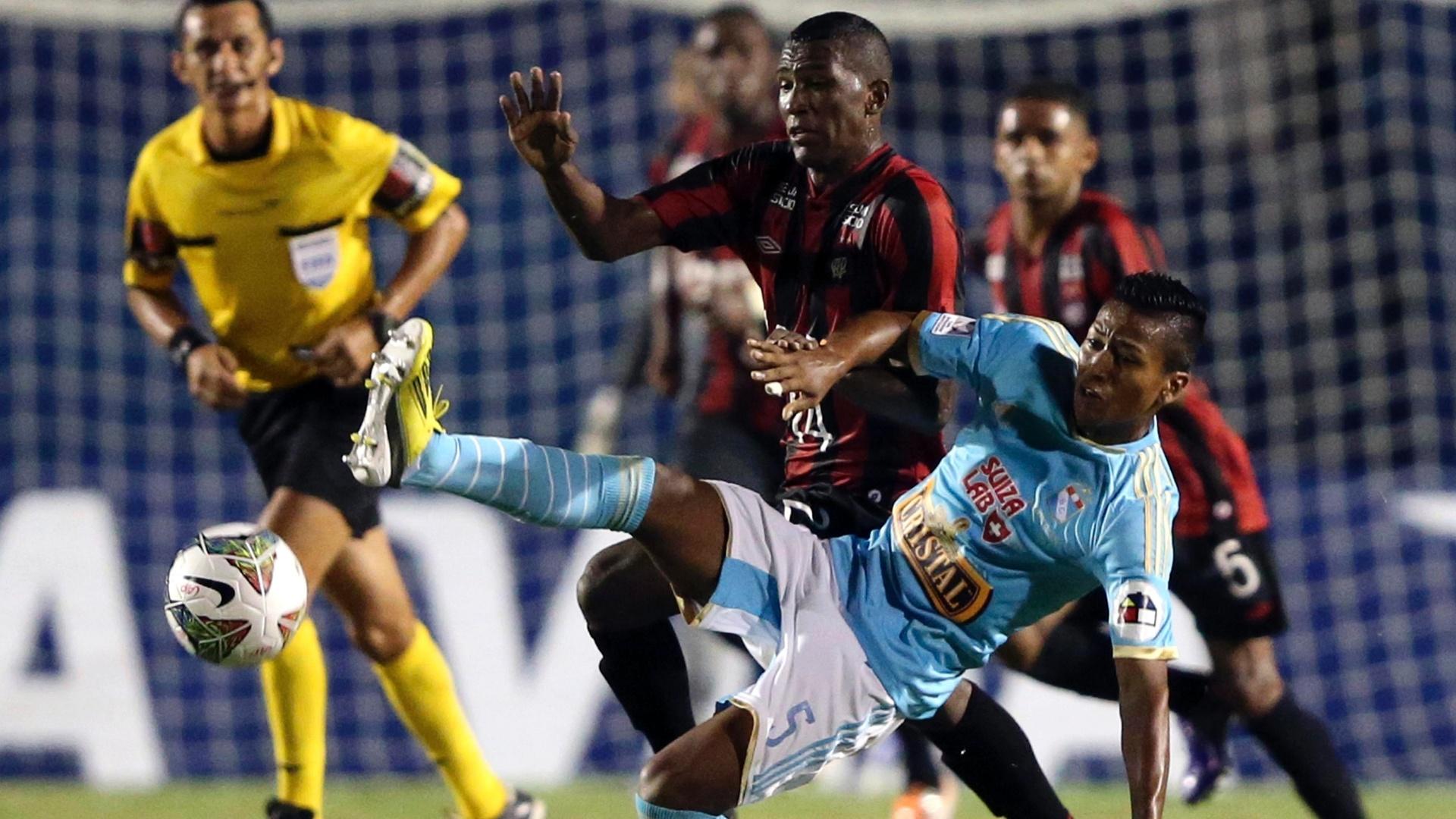 5.fev.2014 - Douglas Coutinho e Pedro Aquino batalham pela bola durante partida na Vila Capanema