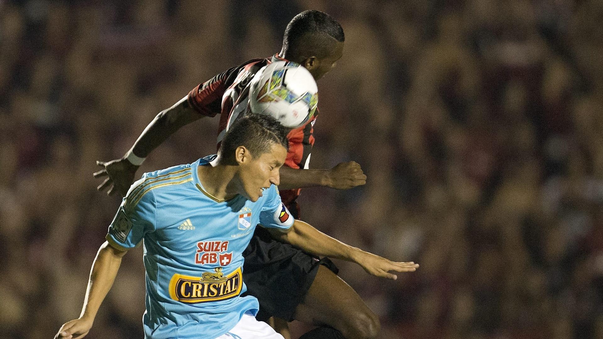 5.fev.2014 - Jogadores de Atlético-PR e Sporting Cristal disputam bola pelo alto durante partida pela Pré-Libertadores