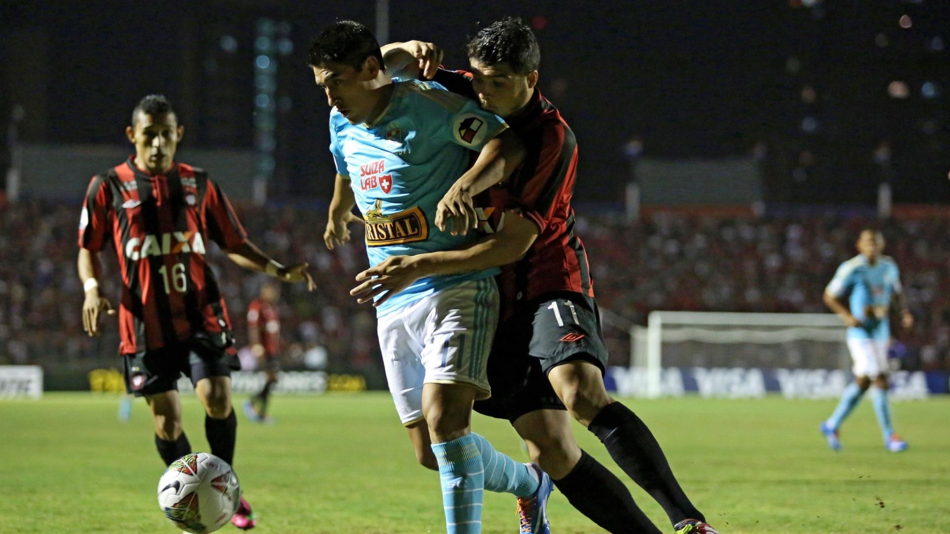 5.fev.2014 - Zezinho, do Atlético-PR, e Irven Avila, do Sporting Cristal, disputam bola durante partida pela Pré-Libertadores