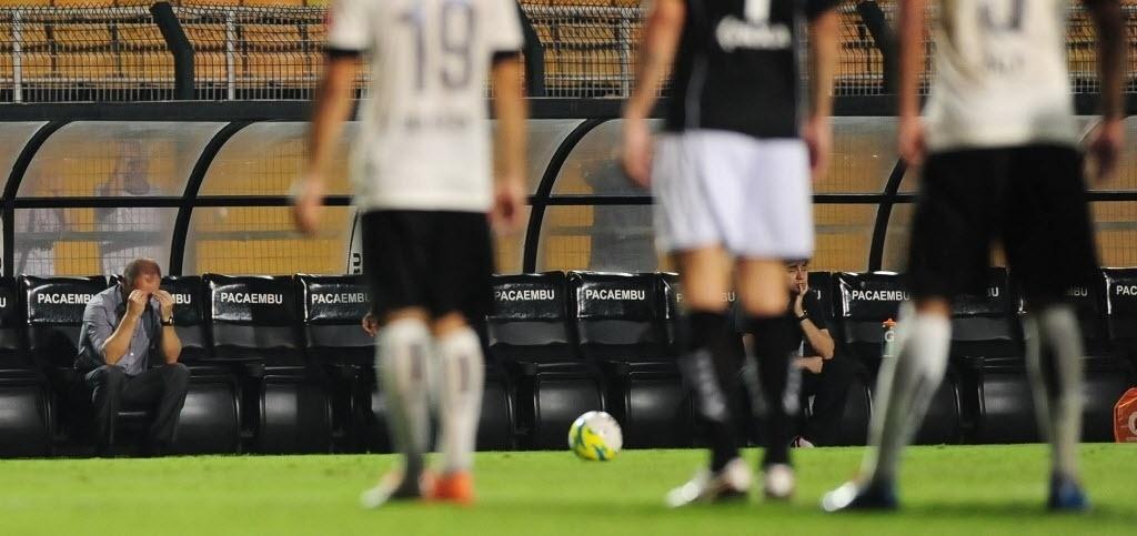 05.fev.2014 - Desolado, técnico Mano Menezes senta no banco de reservas do Corinthians durante derrota para o Bragantino