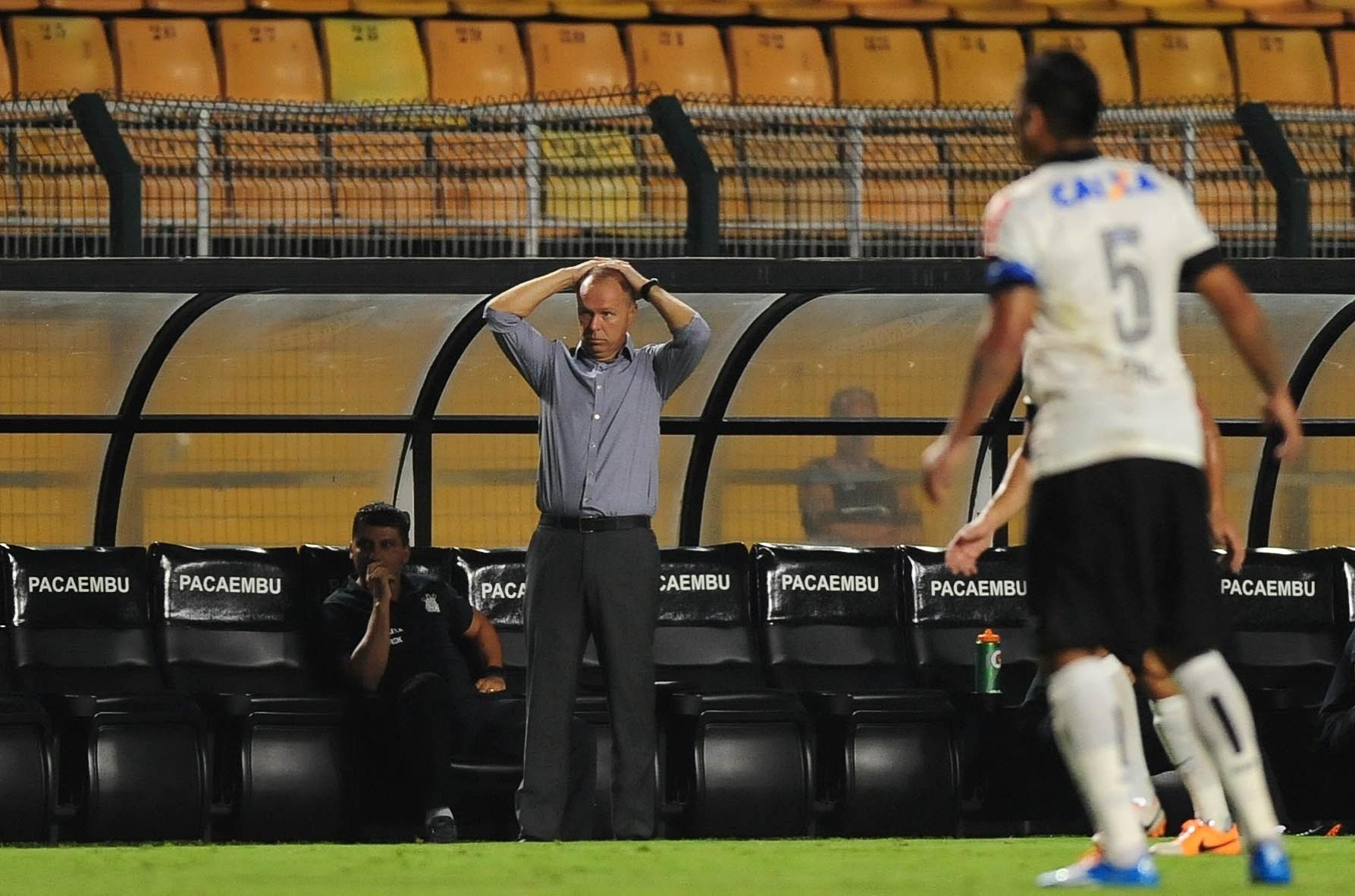 05.fev.2014 - Técnico Mano Menezes leva as mãos à cabeça durante partida contra o Bragantino