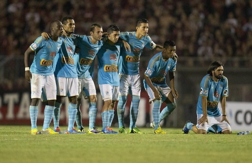 5.fev.2014 - Jogadores do Sporting Cristal observam as cobranças de pênaltis durante partida contra o Atlético-PR pela Pré-Libertadores
