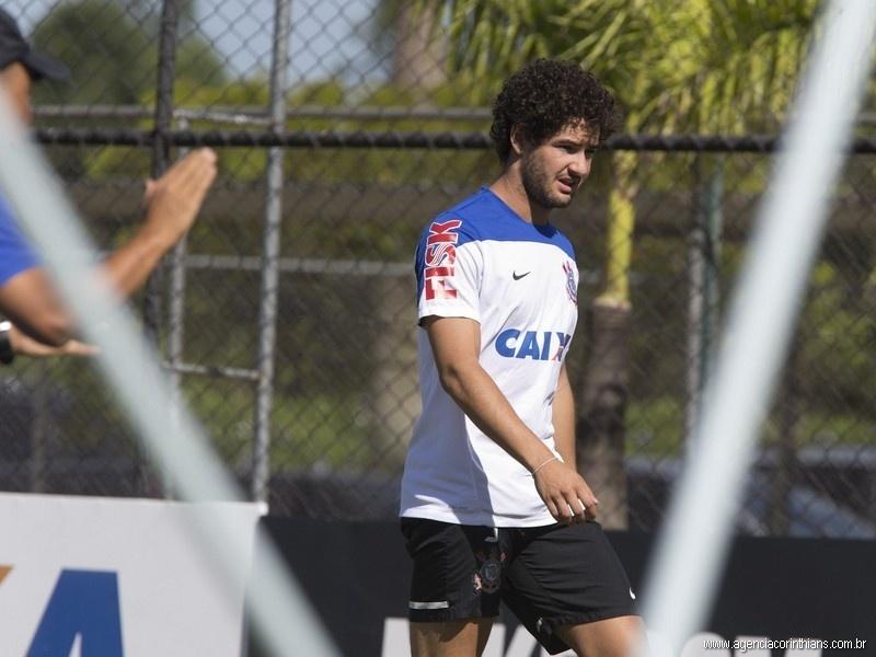 Alexandre Pato, atacante do Corinthians, treina no CT Joaquim Grava