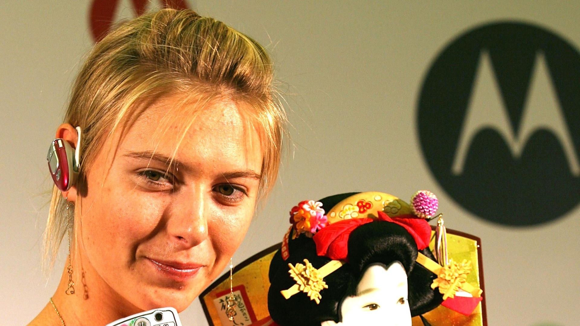 Em 2005, foi garota-propaganda da Motorola - na imagem, ela apresenta, no Japão, o modelo Pink M1000