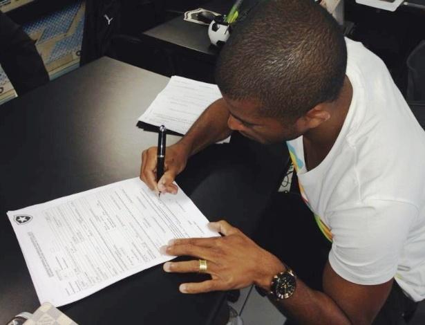 O lateral esquerdo Junior Cesar é o novo reforço do Botafogo para a temporada 2014