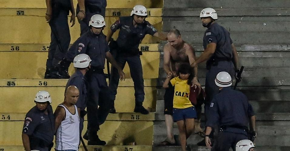 Uma garotinha acabou no meio de briga de torcidas no jogo do Corinthians, no Pacaembu; facções de corintianos entraram em desacordo e causaram tumulto no estádio, gerando intervenção da polícia no jogo contra o Bragantino