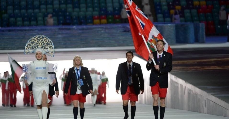 07.fev.2014 - Como é tradicional, membros da delegação de Bermuda desfilam de bermuda na abertura das Olimpíadas de Sochi-2014