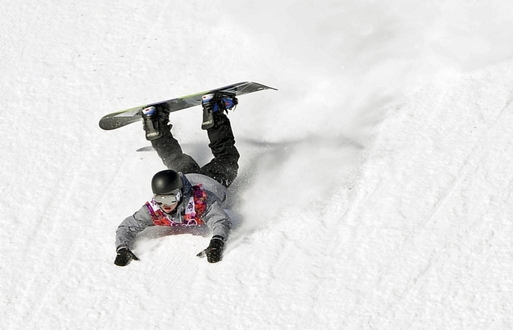 08.02.2014 - Austríaco Mathias Weissenbacher cai de peito na neve na disputa do Snowboard Slopestyle